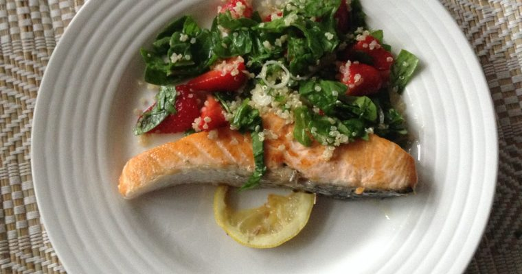 Salmon, spinach & strawberries salad