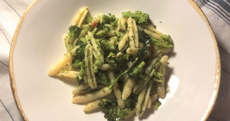Pasta with garlic, chili & broccoli