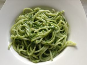 Rice and quinoa spaghetti with raw spinach pesto